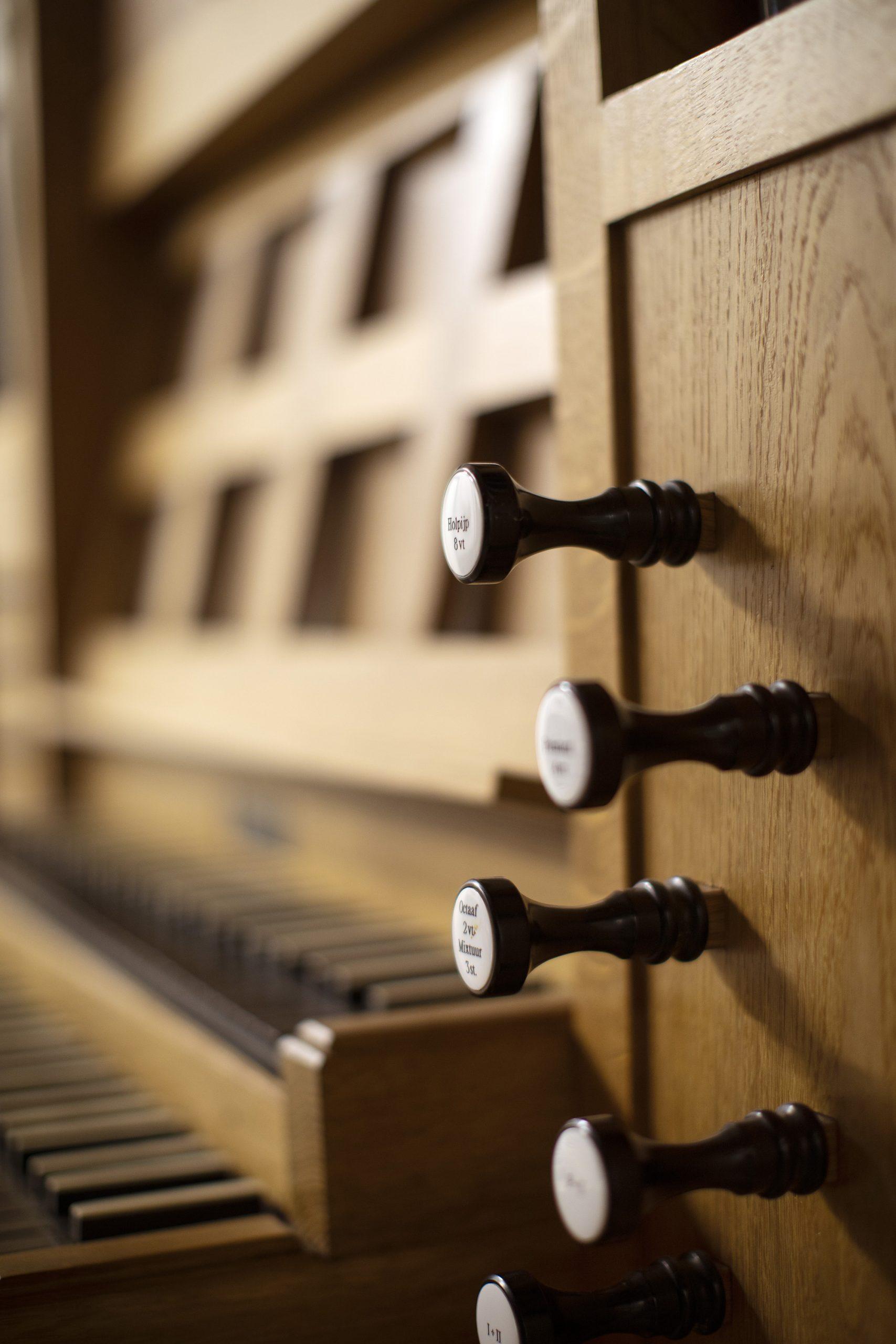 Registerknoppen rechts van het klavier