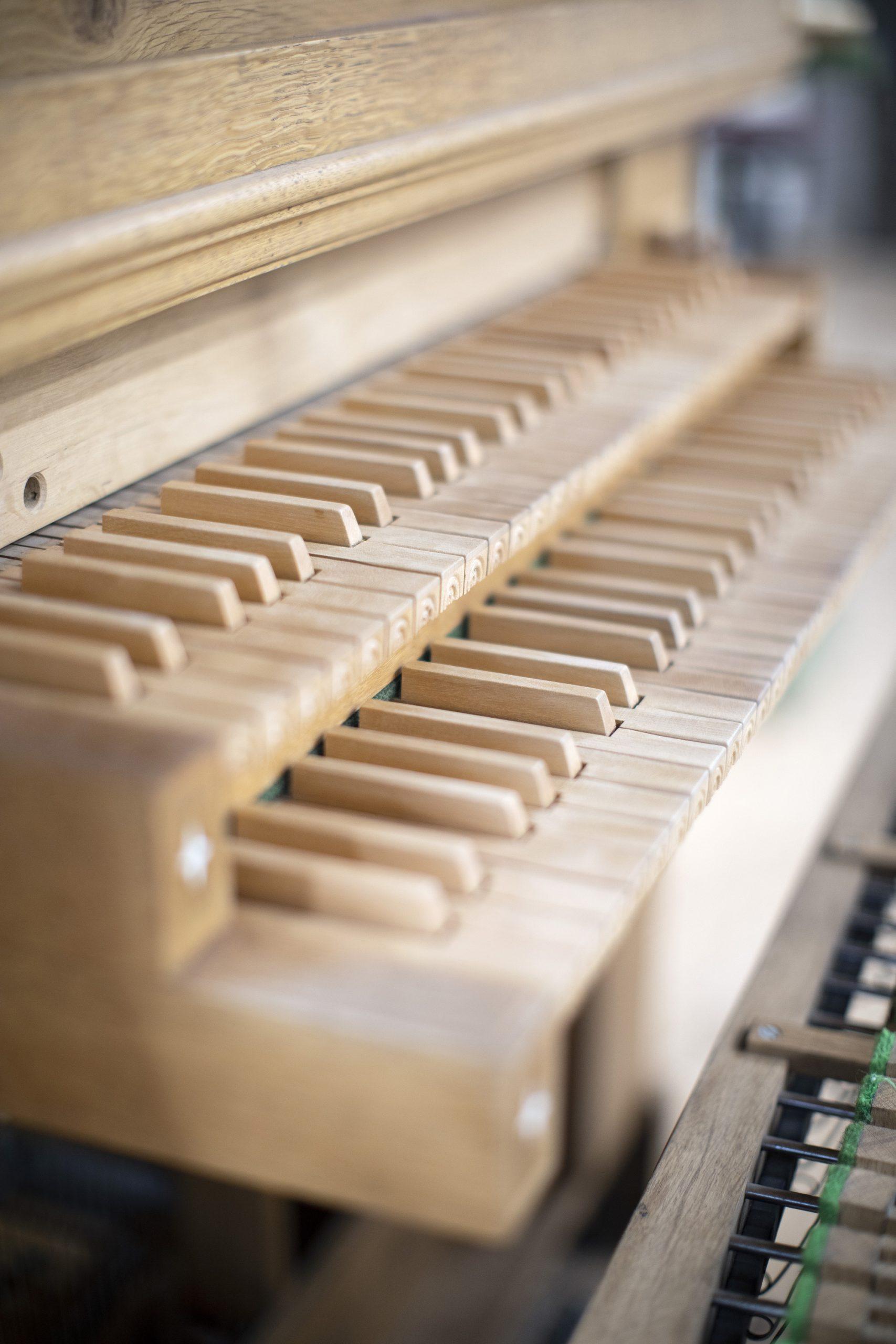 Een klavier dat nog in kleur afgewerkt moet worden