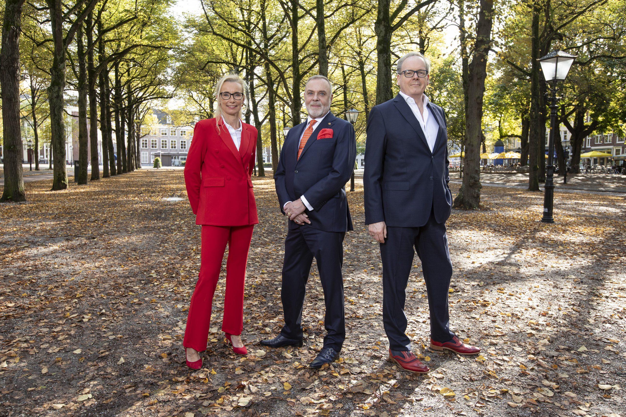 Het bestuur van de Stichting Hofleveranciers poserend op het Lange Voorhout in Den Haag. Imre Krull, Jan-Willem Klein en Ron Willems