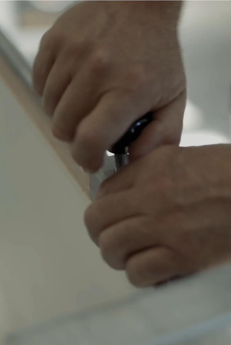 Handen die een knop vast draaien