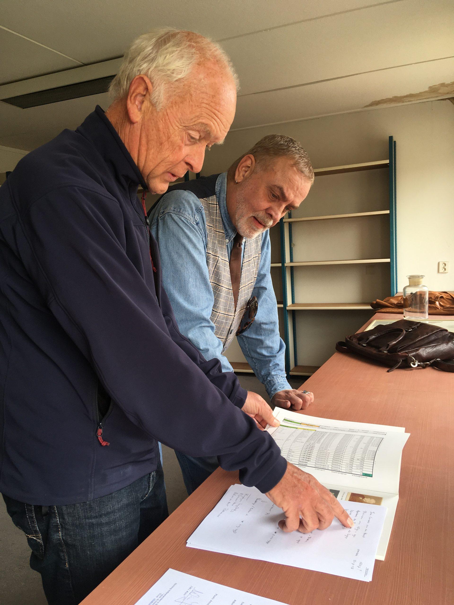 De heer Kees-Jan Lastdrager licht de historie van het wapenschild aan de heer Klein toe