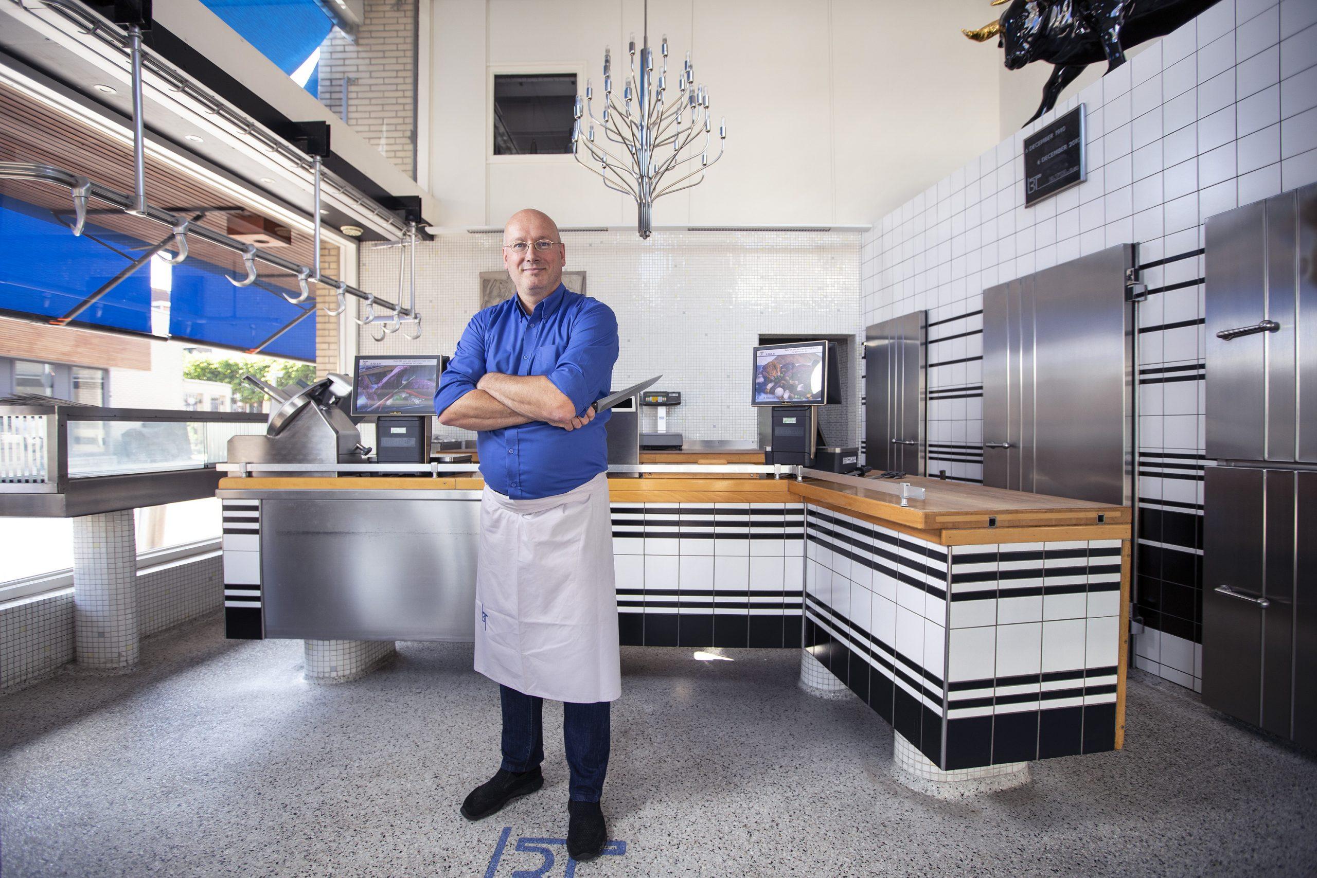 Jan Willem Tol staand in zijn slagerij en een heel eng mes.