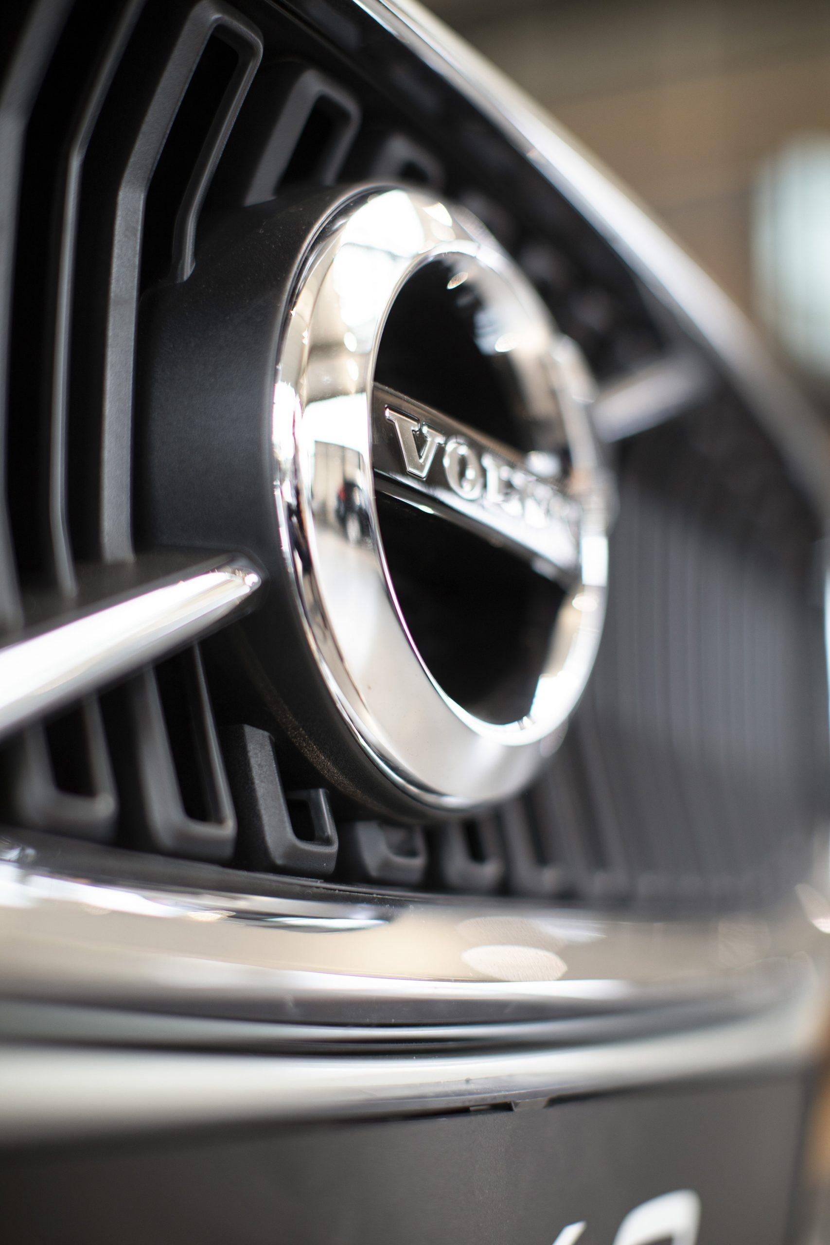 Het Volvo embleem op de grille van de auto