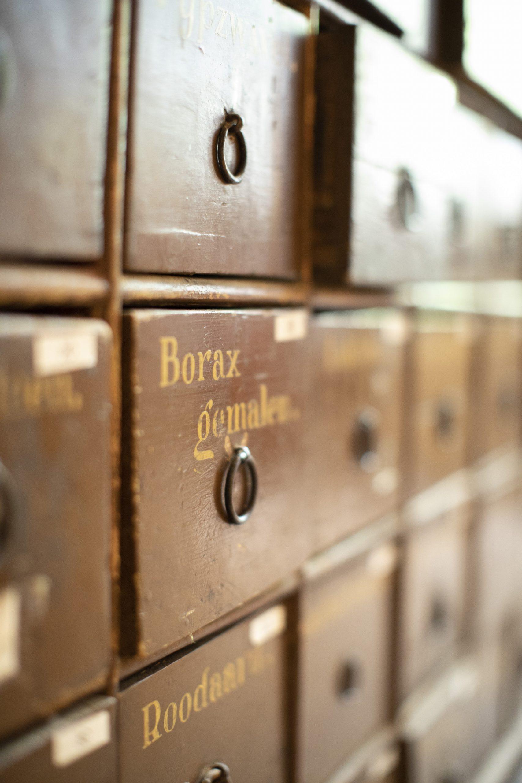 Houten lade in drogistwinkel met opschrift Borax