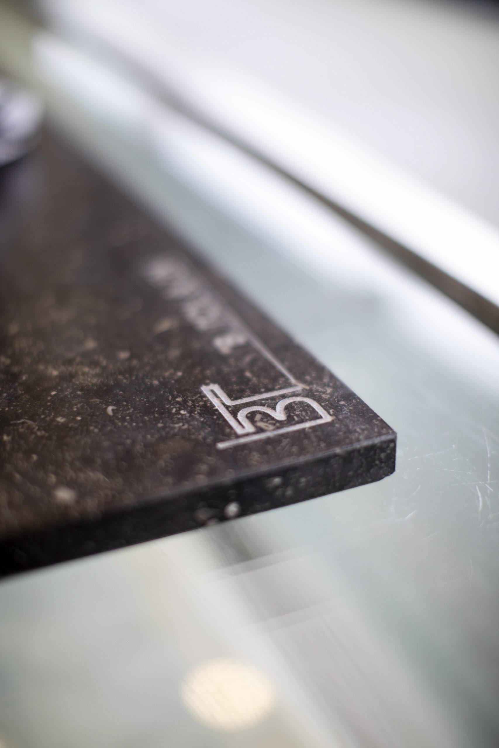 Het monogram van Tol in de vitrineplank