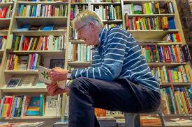 de heer Stumpel, bladerend door een oud boek