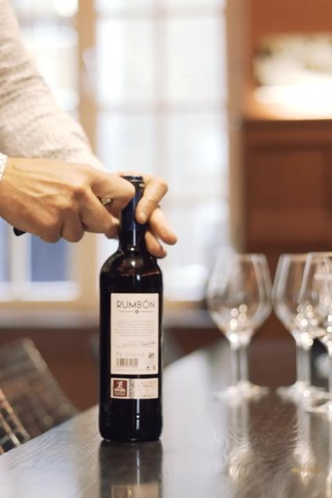 Het aansnijden van de wijnfles