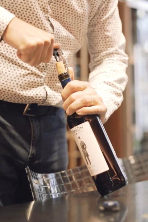 Het ontkurken van de fles