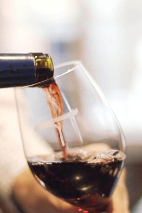 De wijn in het glas schenken