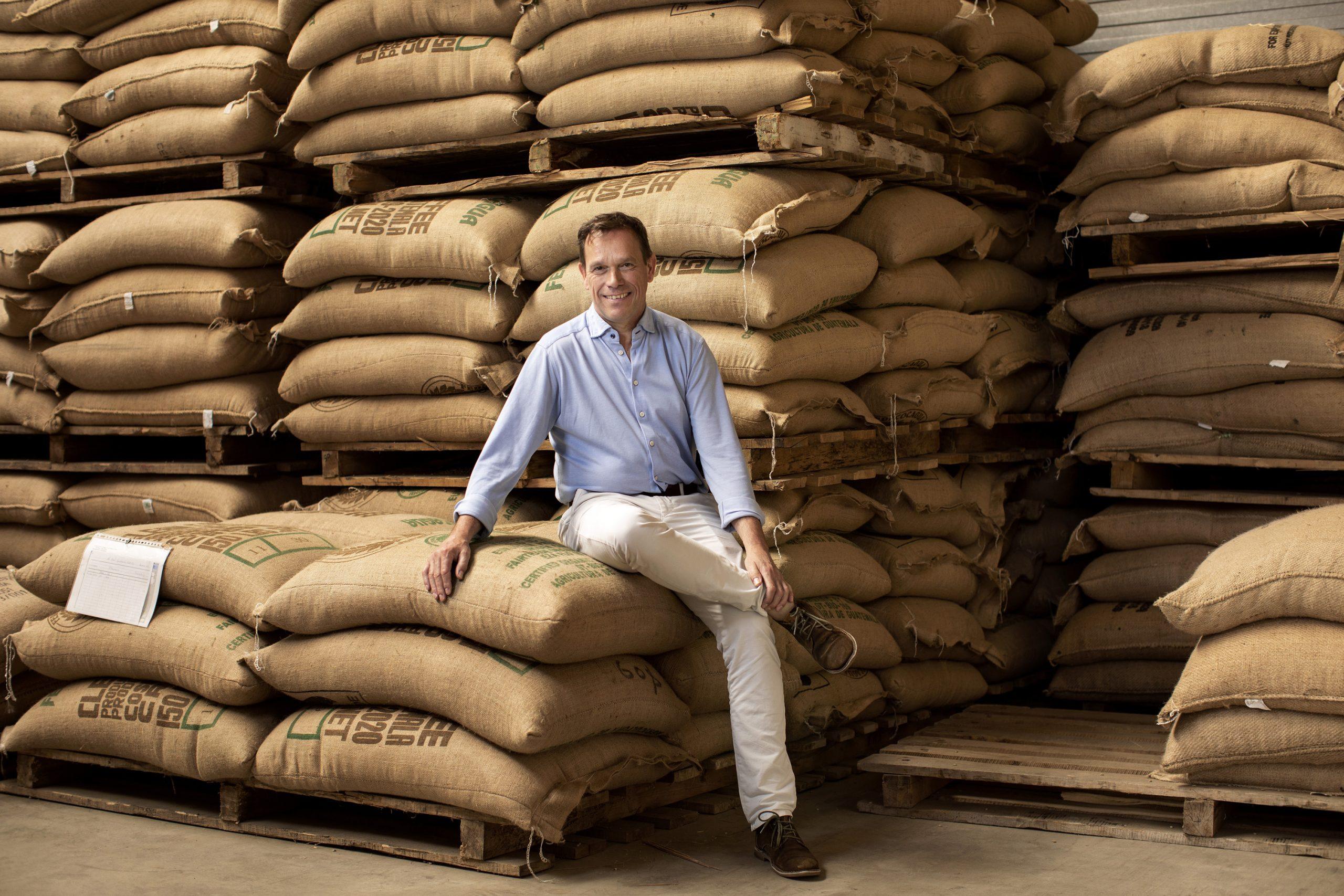 Guido van As van TikTak Koffietussen de koffiebalen