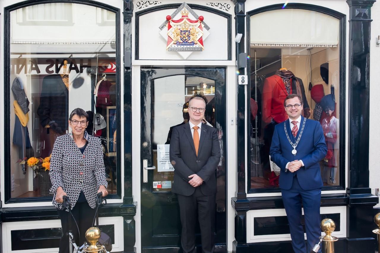 Commissaris der Koning mevrouw Jetta Klijnsma, de heer Koopmans de burgemeester, de heer Korteland, voor het winkelpand